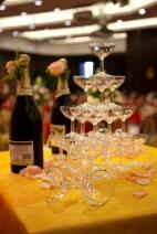 Une pyramide de verres dans lesquels coule un bon champagne...